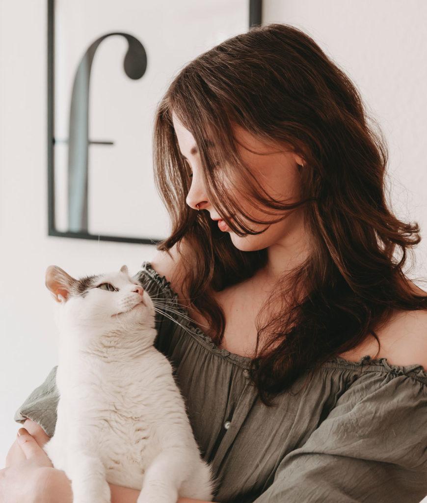 Sabrina mit Katze Ivy auf dem Arm